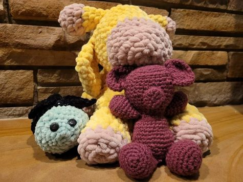 A giraffe, teddy bear and bee all made out of yarn by using crochet techniques.